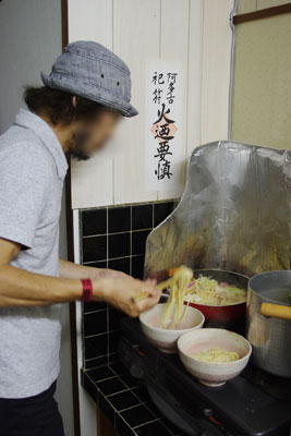 手際良くちゃんぽんを量産する、混麺会(ちゃんぽん食事会)の調理担当者で九州に実家があるM君