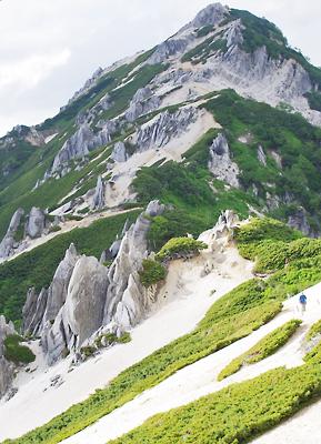 冷えた夏の高所に聳える「北アルプスの女王」燕岳。2013年7月22日撮影