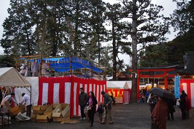 恒例の節分行事「火炉祭」用の火炉の代りに紅白幕が巡らされた舞台状の設えある、京都市街東部・吉田神社境内