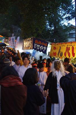 2015年節分夕方、京都市街東部・吉田神社の祭露店が並ぶ参道を練り歩く鬼と稚児の行列