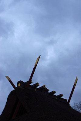 2015年の節分、夕闇迫る曇天に聳える京都市街東部・吉田神社大元宮の千木(鰹木)