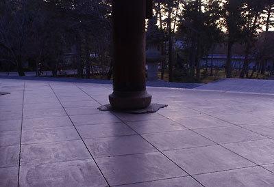 上村君への「御弔い」画像、京都・南禅寺三門の床(敷瓦)と円柱ある夕景。2015年2月撮影
