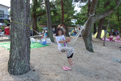滋賀県琵琶湖西部・近江舞子雄松浜の木陰でハンモックに座りニヤケて揺れる人もいた