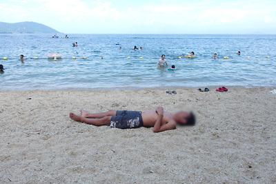 滋賀県琵琶湖西部・近江舞子雄松浜の砂浜上でひたすら寝る湖会参加者