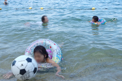 滋賀県琵琶湖西部・近江舞子雄松浜で湖水浴に興じる湖会参加者
