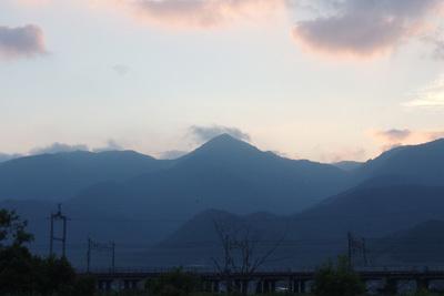 滋賀県琵琶湖西部・近江舞子雄松浜裏の内湖(小松沼)越しに見た比良山脈の秀峰「堂満岳」