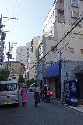 杉田一弥・来田猛写真展「FLOWERS」が開催されている、大阪中之島裏の古ビルギャラリー「白(gallery HAKU OSAKA)」(右手中央3階建)