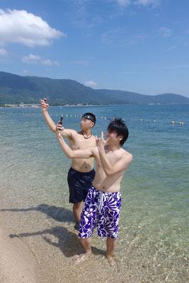 天候が好転した滋賀県琵琶湖西岸の近江舞子の浜で自撮り撮影に興じる湖会参加者