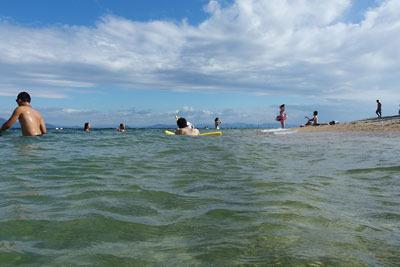 天気予報が外れ、午後からも晴天が続き人も増えた、滋賀県琵琶湖西岸・近江舞子の浜