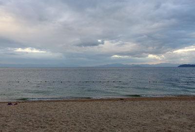 夕方になり雲と風が出始めた、滋賀県琵琶湖西岸・近江舞子の浜