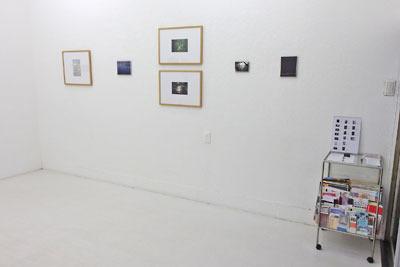京都蹴上のギャラリー「アートスペース虹」で開かれた来田猛写真展「光の輪郭」の、「順路の始め」とされた扉付近の展示