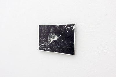 京都蹴上のギャラリー「アートスペース虹」で開かれた来田猛個展「光の輪郭」に展示された、モノクロ写真作品