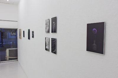 京都蹴上のギャラリー「アートスペース虹」で開かれた来田猛個展「光の輪郭」の、額装や板敷で関連配置された写真作品