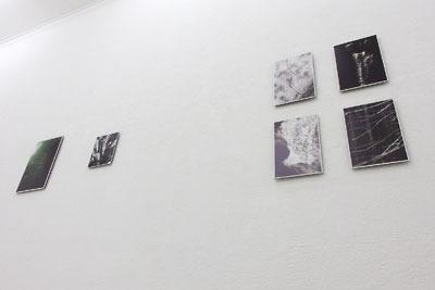 京都蹴上のギャラリー「アートスペース虹」で始まった来田猛写真展「光の輪郭」の壁面作品を下から撮影