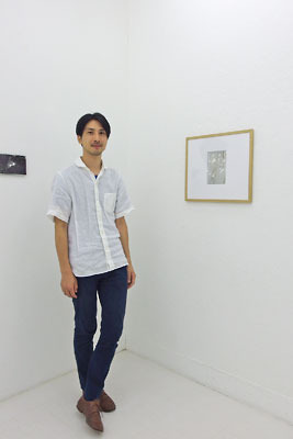 京都蹴上のギャラリー「アートスペース虹」で開かれた来田猛個展「光の輪郭」で撮った、案内状作品と男前作家の記念撮影
