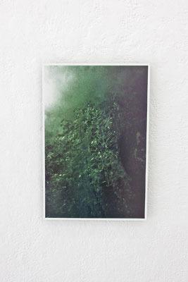 京都蹴上のギャラリー「アートスペース虹」で開かれた来田猛個展「光の輪郭」で展示された、滝壺に注ぐ水塊を写した作品