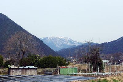 京都市街北東・大原の北に覗く、雪を戴く滋賀県西部の比良山脈