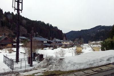 未だ多くの残雪に覆われた、京都市街北部・北山山中の高所集落「百井」