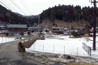 前ヶ畑峠を下った道が接続する、京都市街北部・北山山中の高所集落「百井」の雪残る中心地
