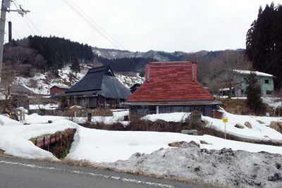 かなりの残雪で覆われる、京都市街北部・北山山中の高所集落「花脊別所」の中心地