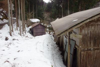 少なからぬ残雪がある、京都市街北部・北山山中の高所集落「芹生」中心地