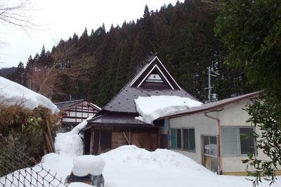 残雪にまみれる、京都市街北部・北山山中の高所集落「芹生」の民家