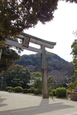 京都・石清水八幡宮麓にあり、その参道の始まりとなる頓宮前の「一ノ鳥居」