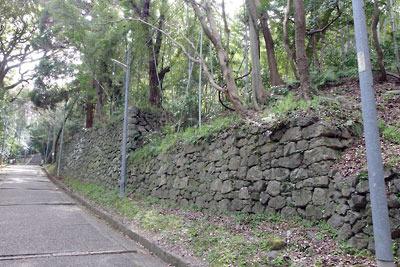 頂部に京都・石清水八幡宮がある男山中腹の参道脇に続く神宮寺子院跡平坦地と、その縁の石垣