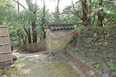頂部に京都・石清水八幡宮がある男山山上の、本殿地区南端の出入口と石垣や土塀