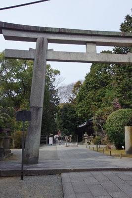京都八幡の男山山上にある石清水八幡宮の本殿前参道南端の「三ノ鳥居」