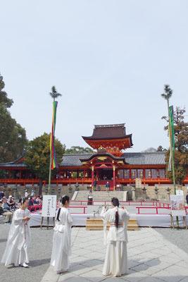京都八幡の男山山上にある石清水八幡宮の本殿前舞台の傍で催事の準備をする古代風衣装を着た人たち