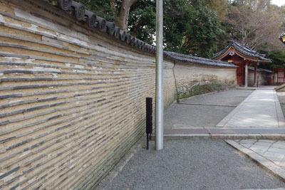 京都八幡の男山山上にある石清水八幡宮本殿地区を囲う信長好みの瓦仕込み築地塀「信長塀」