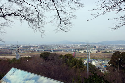 京都八幡の男山山上にある石清水八幡宮本殿地区の北方にある展望台から見た、京都市街とその奥の比叡山