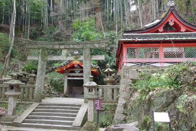 京都八幡の男山山上にある石清水八幡宮裏参道を下る途中に見た、霊泉「石清水」を祀る社