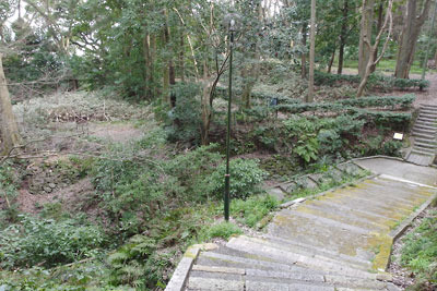 京都八幡の男山山上にある石清水八幡宮裏参道を下る途中に見た、参道向こう側平坦地の松花堂跡