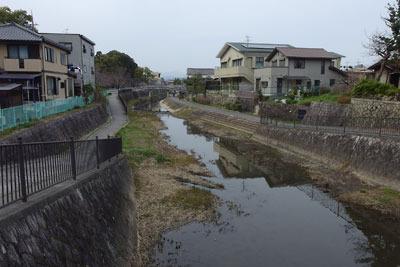 京都八幡の男山・石清水八幡宮麓の「城ノ内」という地名の古い街なかを流れる、男山とその城下の内堀的役割が推察される大谷川