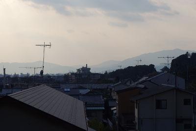 京都市街東郊「哲学の道」南部で見た、霞む京都市街と背後の嵐山や愛宕山