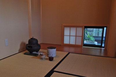 茶室開きが行われた京都市街東部の知人宅の茶室内部と躙窓(にじりまど)