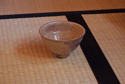 京都市街東部の知人宅茶室の茶道口にある、唐長製の「三七桐」柄の唐紙が貼られた唐紙襖