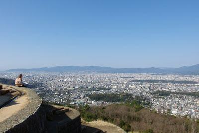 大文字山の送り火火床中央付近から見た、京都市街の澄んだ眺め