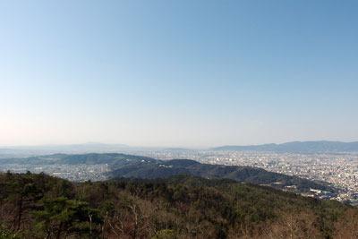 大文字山頂に広がる京都市街南部や東部山科の眺め