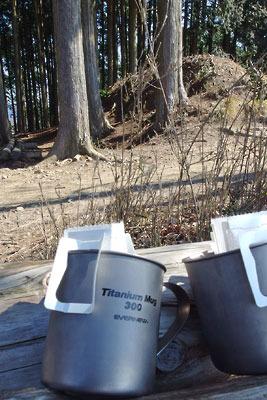 大文字山山頂での休息中に用意された、チタンマグカップとドリップコーヒー