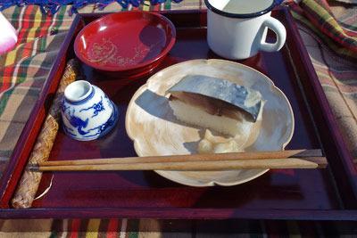 賀茂川(鴨川)花見宴席に筆者が持参したお膳や食器類と、皿に載せられた鯖寿司