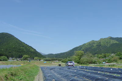 京都市街北東・大原盆地中央からみた、北方の耕地や山々、そして奥に覗く滋賀県西部の比良山脈