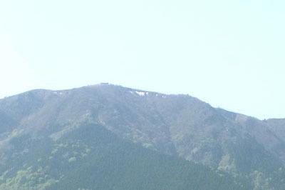 滋賀県琵琶湖西岸の和邇中浜からみた、北西上方に聳える比良山脈・蓬莱山山上に残る5月の残雪