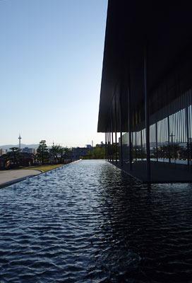 海北友松展が開かれた京都国立博物館新館の玄関前から見た、西側に続く池や新館建屋と日の入り前の空
