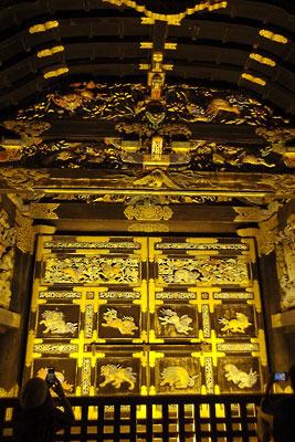 桃山文化を伝える絢爛豪華な様が眩い、夜間特別拝観で接した京都・西本願寺の国宝「唐門」