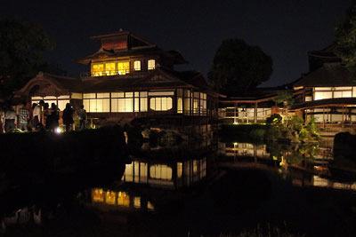 夜間の特別拝観でライトアップされた、京都・西本願寺の「飛雲閣」(左楼閣)や「黄鶴台」(右端建屋)及びその庭園