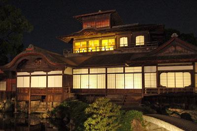 夜間特別拝観でライトアップされた、京都・西本願寺の飛雲閣とその正玄関の舟入(ふないり。左下の池に接する階段)