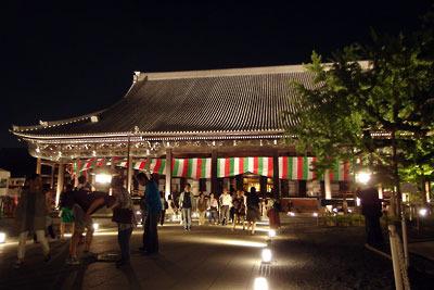夜間特別拝観でライトアップされた、京都・西本願寺の国宝「御影堂」